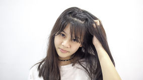 Mujer asiática joven que rasguña la cabeza imagen de archivo libre de regalías