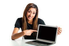 Mujer asiática joven que señala a la computadora portátil. Imagen de archivo libre de regalías