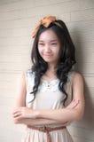 Mujer asiática joven que sonríe con los brazos cruzados Fotografía de archivo