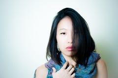 Mujer asiática joven que sonríe usando la primavera del teléfono móvil urbana Foto de archivo libre de regalías