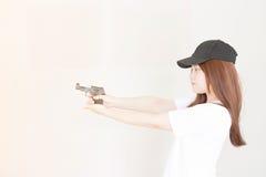 Mujer asiática joven que sostiene el arma Fotos de archivo