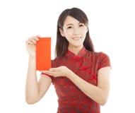 Mujer asiática joven que sostiene el bolso rojo Imágenes de archivo libres de regalías