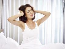 Mujer asiática joven que sufre de trastorno del sueño fotografía de archivo
