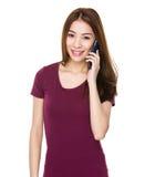 Mujer asiática joven que usa el teléfono móvil Imagen de archivo libre de regalías