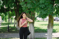 Mujer asiática joven que usa smartphone y enviando SMS Imagenes de archivo