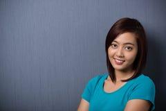 Mujer asiática joven sincera atractiva Imágenes de archivo libres de regalías