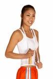 Mujer asiática joven sonriente con la cuerda de salto fotos de archivo