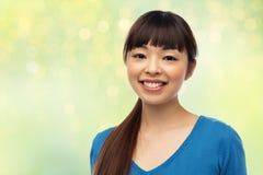 Mujer asiática joven sonriente feliz Imagen de archivo