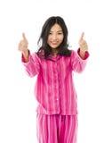 Mujer asiática joven sonriente que muestra el pulgar encima de la muestra con ambas manos Foto de archivo libre de regalías
