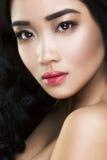 Mujer asiática joven y hermosa con el pelo rizado fotografía de archivo