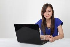 Mujer asiática joven y su ordenador portátil aislados Fotografía de archivo