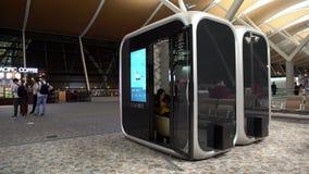mujer asiática 4K que mecanografía el teléfono móvil en cabinas modernas en el aeropuerto internacional almacen de metraje de vídeo
