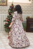 Mujer asiática llena en la sala de estar Imagen de archivo libre de regalías