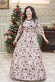 Mujer asiática llena en la sala de estar Foto de archivo