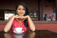 Mujer asiática magnífica en café Imagenes de archivo