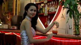mujer asiática magnífica solamente en la barra almacen de video