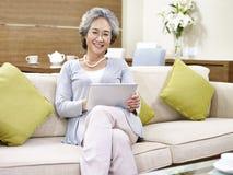 Mujer asiática mayor que se relaja en casa Fotografía de archivo libre de regalías