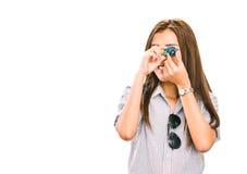 Mujer asiática o viajero femenino que toma la imagen con la cámara del juguete, mini figura llavero Aislado en el fondo blanco fotografía de archivo libre de regalías