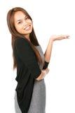 Mujer asiática plana de la mano hacia fuera que exhibe inclinarse detrás Foto de archivo