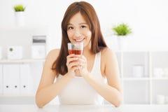 mujer asiática que bebe té caliente Fotos de archivo libres de regalías