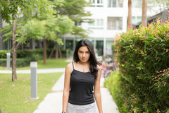 Mujer asiática que camina en el parque Imagen de archivo
