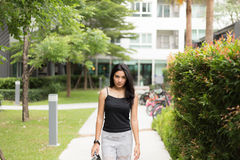 Mujer asiática que camina en el parque Fotos de archivo