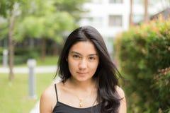 Mujer asiática que camina en el parque Fotografía de archivo