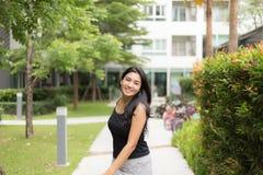 Mujer asiática que camina en el parque Imágenes de archivo libres de regalías