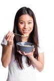 Mujer asiática que come el cereal imagen de archivo libre de regalías