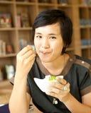Mujer asiática que come el helado Imagen de archivo