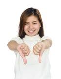Mujer asiática que da sus pulgares abajo Foto de archivo