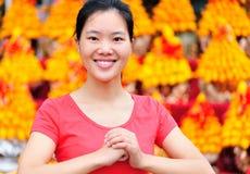 Mujer asiática que desea un Año Nuevo chino feliz Fotografía de archivo