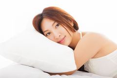 mujer asiática que duerme en la cama Fotos de archivo libres de regalías