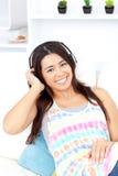 Mujer asiática que escucha la música con los auriculares Fotos de archivo