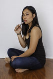 Mujer asiática que fuma el cigarrillo electrónico Imágenes de archivo libres de regalías