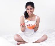 Mujer asiática que goza de su ensalada Imagen de archivo libre de regalías