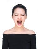 Mujer asiática que grita aislado en alta voz en blanco fotografía de archivo