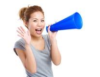 Mujer asiática que grita con el megáfono Imágenes de archivo libres de regalías