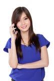 Mujer asiática que habla en el teléfono celular Imágenes de archivo libres de regalías