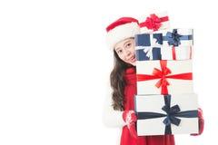 Mujer asiática que hace compras de la Navidad que sostiene muchos regalos de la Navidad Fotografía de archivo libre de regalías