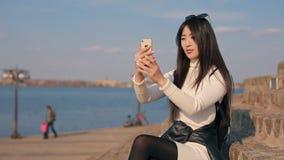 Mujer asiática que hace el selfie solamente almacen de metraje de vídeo