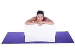 Mujer asiática que hace yoga Fotos de archivo
