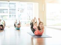 Mujer asiática que hace yoga en estudio de la yoga Fotos de archivo libres de regalías