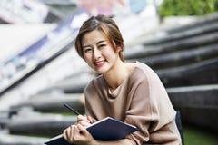 Mujer asiática que lee el libro Imágenes de archivo libres de regalías