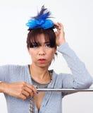 Mujer asiática que lleva la mini pinza de pelo del sombrero Fotografía de archivo libre de regalías