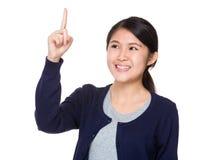 Mujer asiática que mira para arriba Imagenes de archivo
