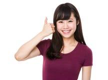 Mujer asiática que muestra con el pulgar para arriba Fotografía de archivo