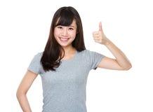 Mujer asiática que muestra el pulgar para arriba Foto de archivo