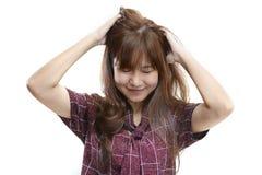 Mujer asiática que rasguña la cabeza y la felicidad Foto de archivo