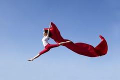 Mujer asiática que salta expresando la libertad imagenes de archivo